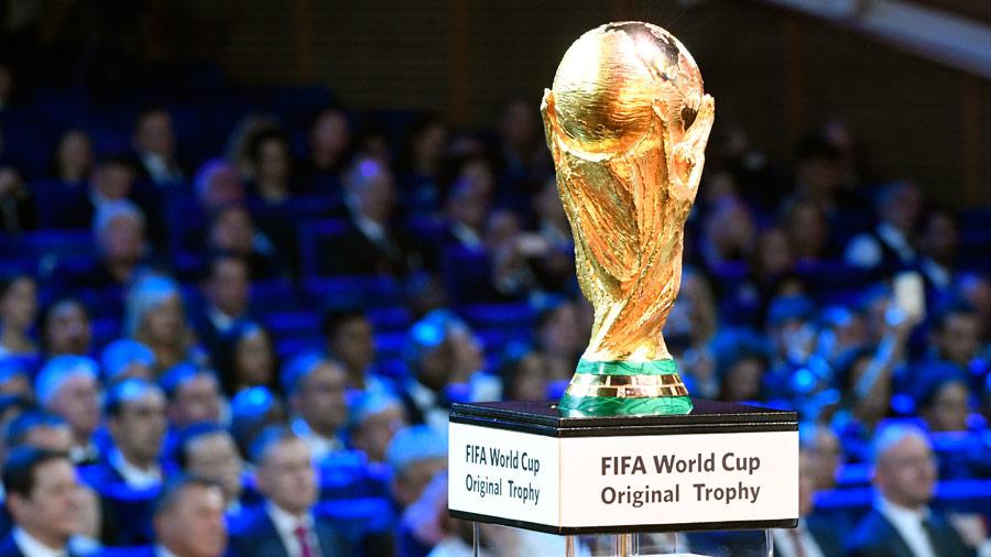 El trofeo de la Copa Mundial de la FIFA se exhibe en el escenario antes del sorteo final del torneo de fútbol de la Copa Mundial de la FIFA 2018 en el Palacio Estatal del Kremlin en Moscú. Foto/ AFP