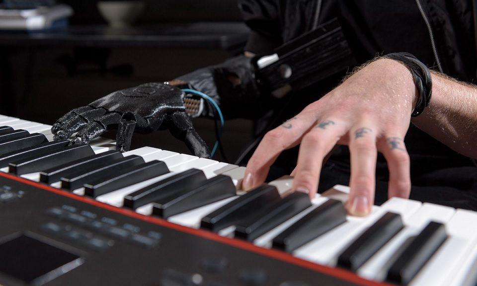 mano-robotica-para-tocar-piano-960x576